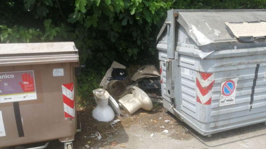 Siena, Degrado in strada di Ficareto: Discarica a cielo aperto nella piazzola deicassonetti
