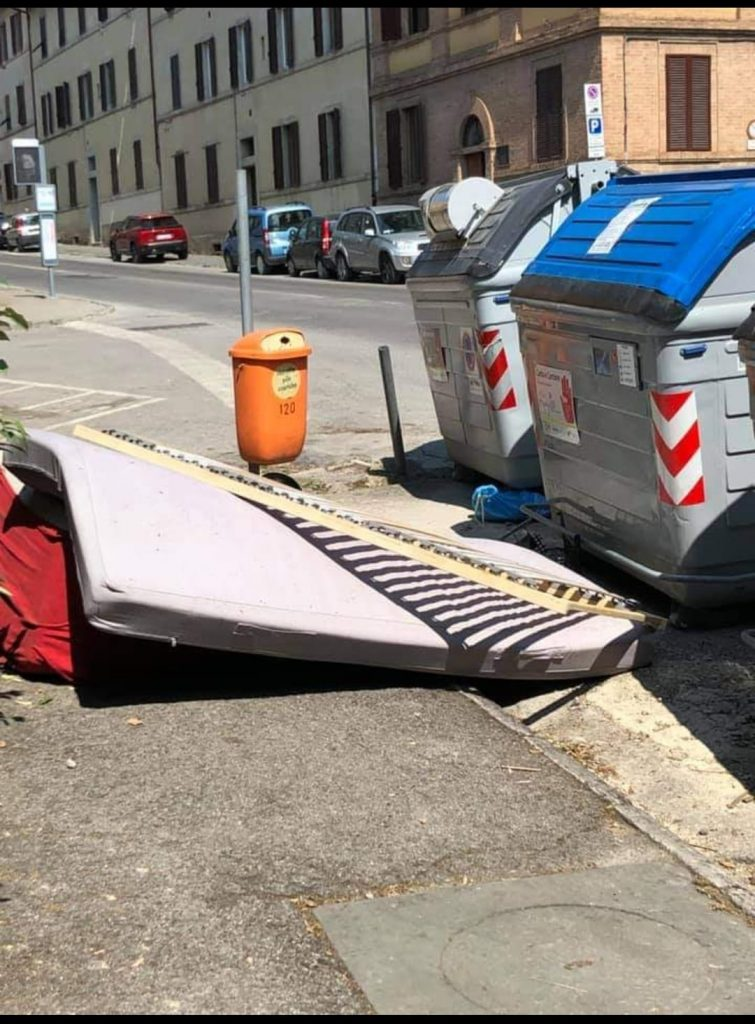 Siena: Rifiuti e sporcizia in via Biagio diMontluc
