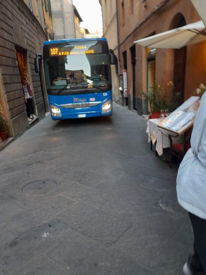 Siena: Via Camollia, il bus transita nonostante ildivieto