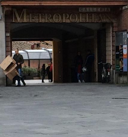 Siena: Tenta il furto di alcolici, scoperto spacca una bottiglia in testa alcommesso