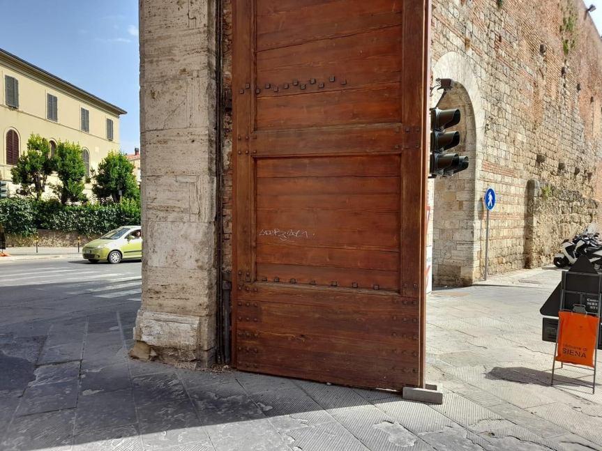 Siena: Vandali imbrattano la parte lignea della Porta diCamollia