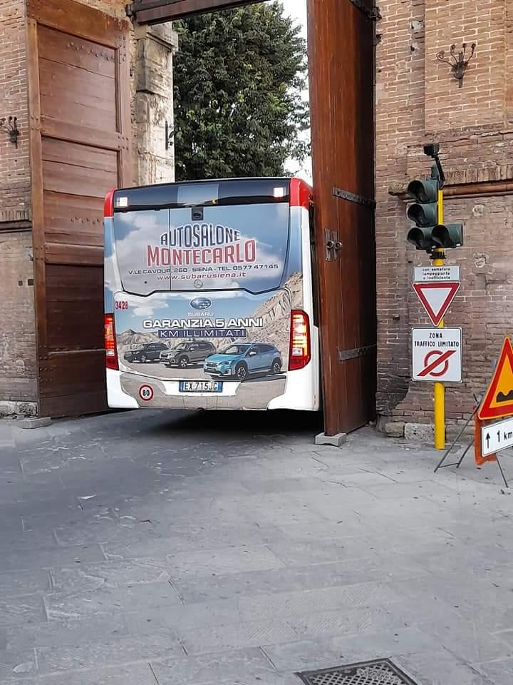 Siena: Bus rimane incastrato nella porta diCamollia