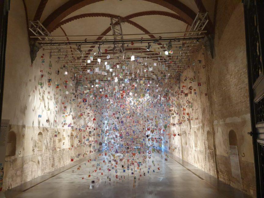 """Siena: Il Santa Maria della Scala ospita """"Di segni e di sogni"""" la mostra di Lorenzo Marini, un viaggio nell'alfabetoliberato"""