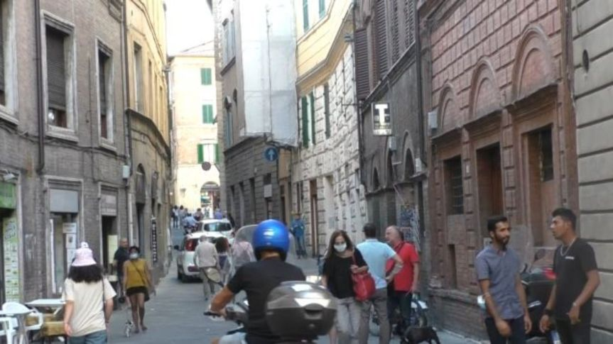 Siena, traffico intenso a tutte le ore in via Camollia: La rabbia di esercenti eabitanti