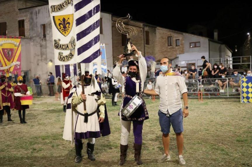 Cavalcata dell'Assunta Fermo: L'undicesimo Gallo d'Oro si tinge di bianco viola, vincono i tamburini della contradaFiorenza