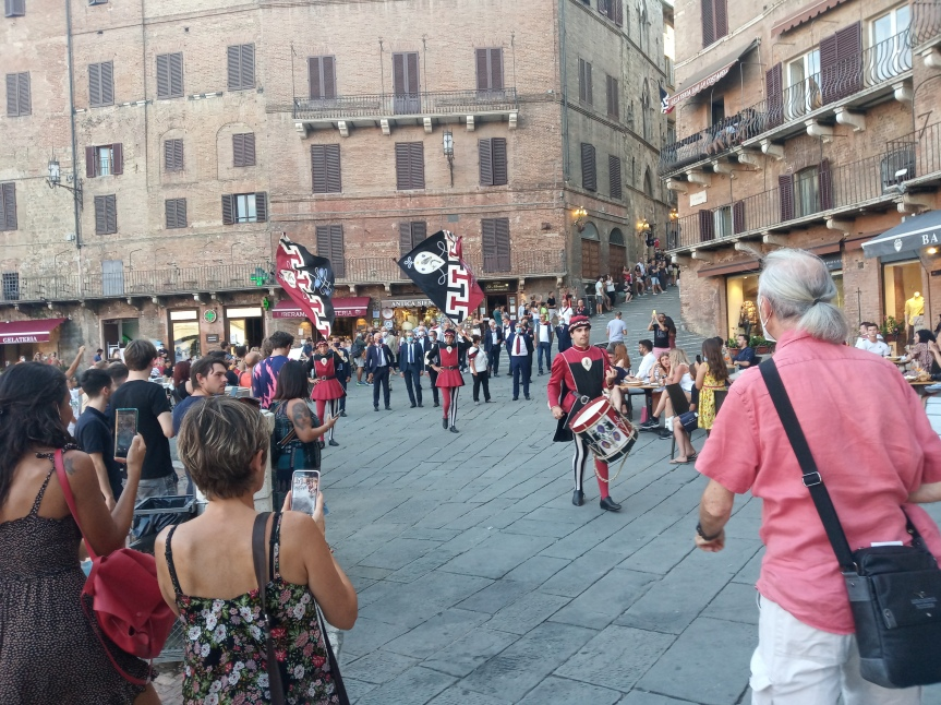 Siena, Contrada della Civetta: Oggi 21/08 Festa Titolare la Contrada sfila in Piazza delCampo