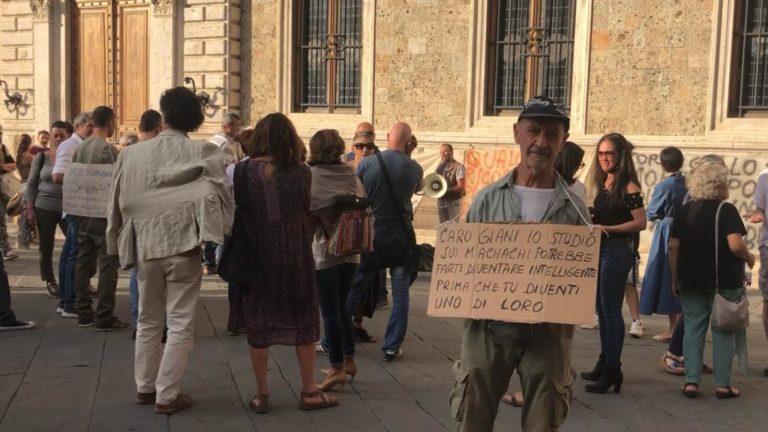 """Siena, la manifestazione dei no green pass: """"Non ci sono morti di covid, è stato l'ossigeno pompato neipolmoni"""""""