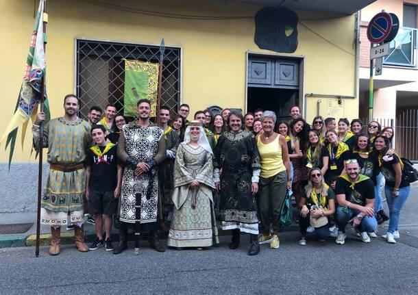Palio di Legnano, Tour del maniero di Sant'Ambrogio tra vestizioni e aggregazione: «La contrada è una grandefamiglia»