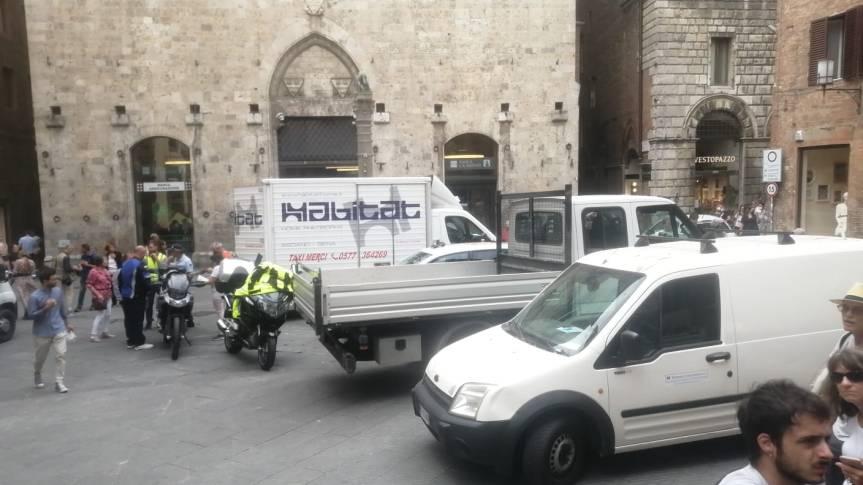 Siena: Parcheggio selvaggio di furgoni in piazzaTolomei
