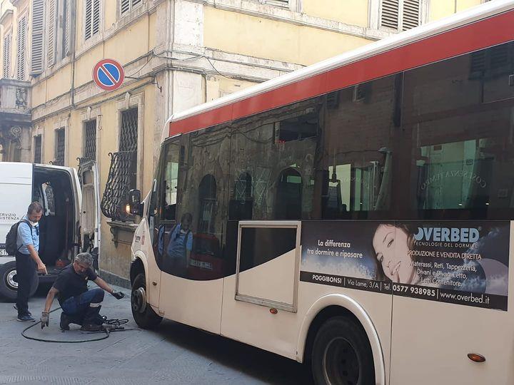 Siena: Oggi 06/09 riparazione di una gomma forata a un Pollicino in transito in ViaPantaneto