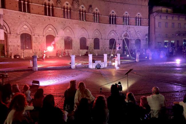 Siena: Il viaggio dantesco del teatro di strada cattura il pubblico di Piazza delCampo