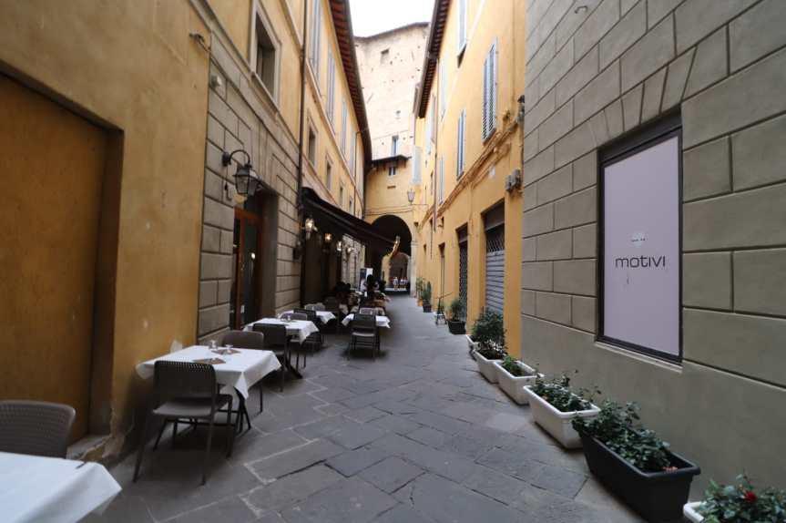 Siena, Nicoló, Duccio e il senso delle cose: Via di Beccheria, fare la spesa ieri eoggi