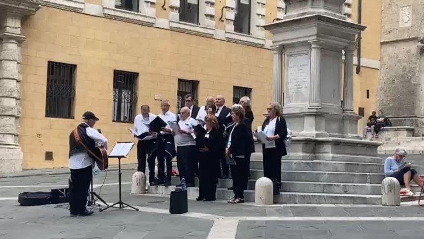 Siena: Oggi 03/10 Cento canti per Siena stornelli in PiazzaSalimbeni