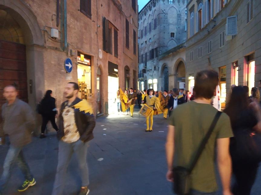 Siena, Contrada dell'Aquila: Oggi 04/10 Processione verso la Chiesa di SanFrancesco