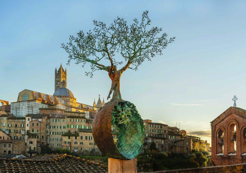 """Siena: """"L'amore salva il mondo"""", resta in città l'opera di AndreaRoggi"""