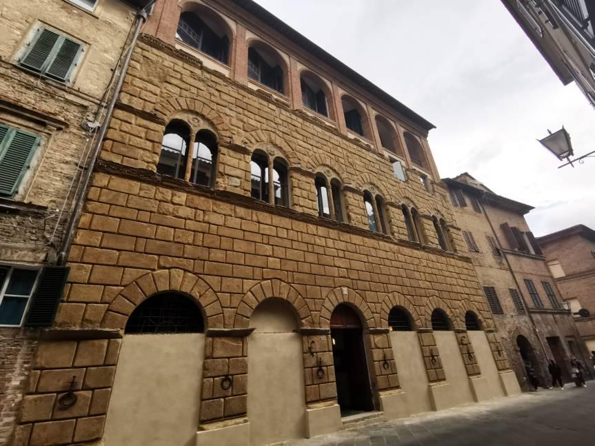 Siena: Università, torna a splendere la facciata di palazzo San Galgano in viaRoma